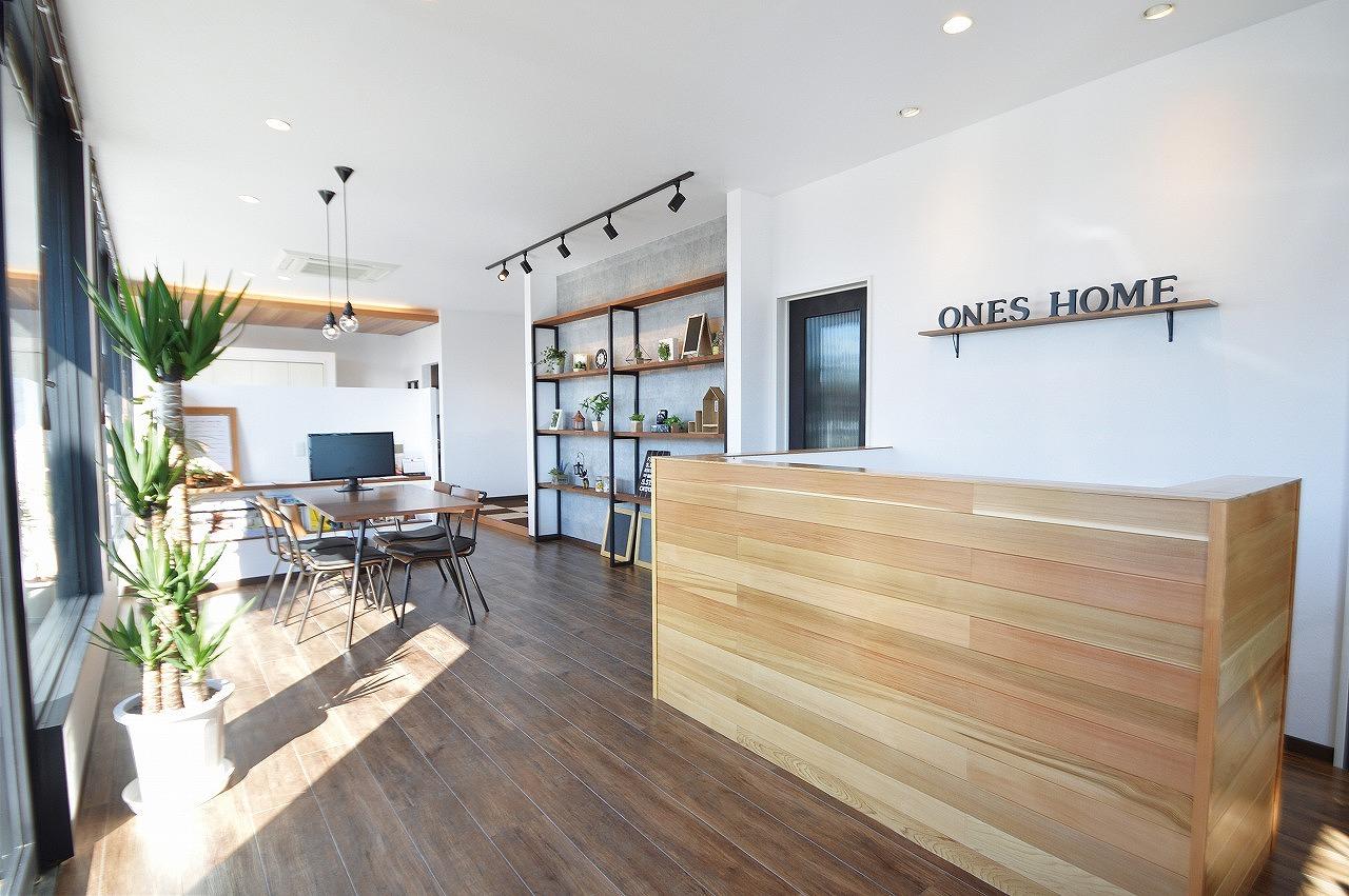 デザイン性の高いお家をご提供する職場は、仕事場もオシャレに♪ お施主様の新築に対する、夢や希望が膨らむような職場になってます。