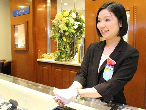 【未経験者歓迎】店頭でジュエリー・時計の販売およびサポート業務